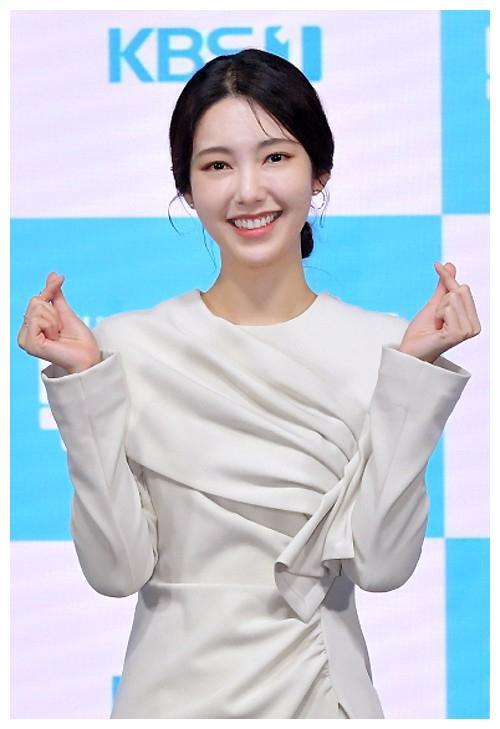 神话Eric娇妻罗惠美等中韩星宣传新剧,泫雅与男友牵手秀恩爱