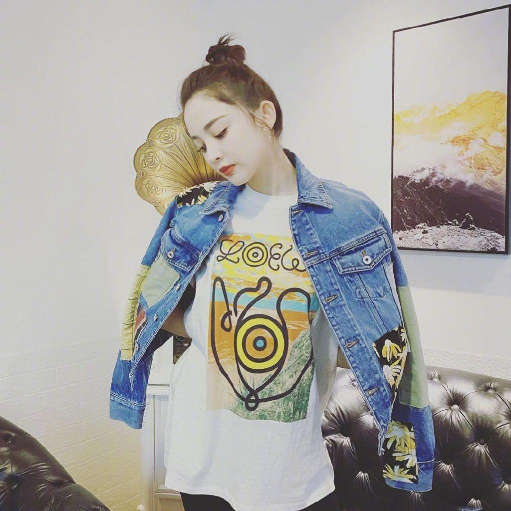 古力娜扎身穿拼接丹宁外套内搭同品牌涂鸦白T顽趣又不失时尚