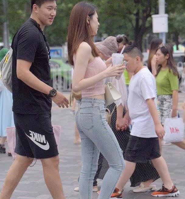 时尚街拍美女牛仔裤搭配透明高跟鞋,拿捏的到位,羡慕她男朋友