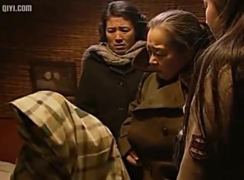 母亲让老三给老五去道歉,老三不去,母亲深夜去老三家要砸她的锅