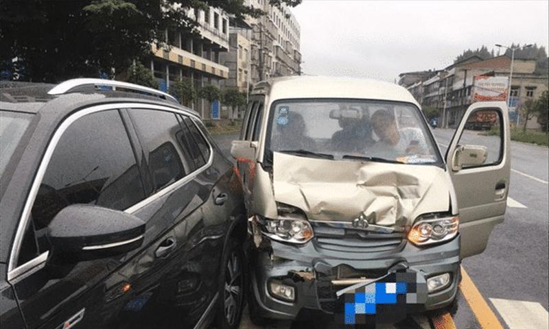 大众探岳遭面包车追尾,车主下车后笑出声:这下算是长脸了!