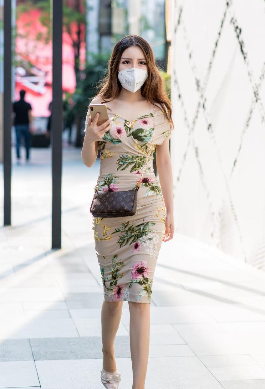 初秋时节,抓住夏天的尾巴多穿印花连衣裙,时髦洋气女人味十足