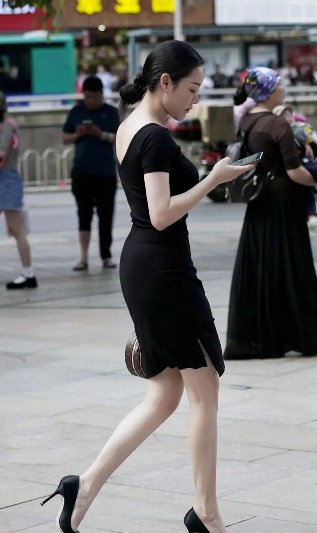 街拍:小黑裙的魅力你知道吗?美女穿上沉稳大气,经典时尚又百搭