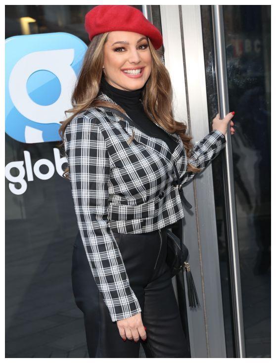 凯莉·布鲁克现身街头,一身黑色穿扮配格子外套,时尚大方!