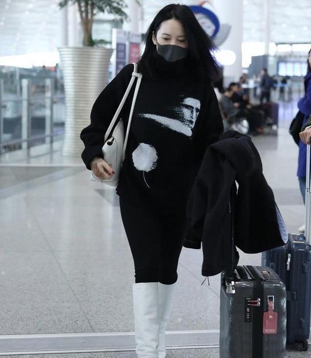 俞飞鸿机场生图曝光,体型裤都能穿出光腿感,一般人都不敢穿