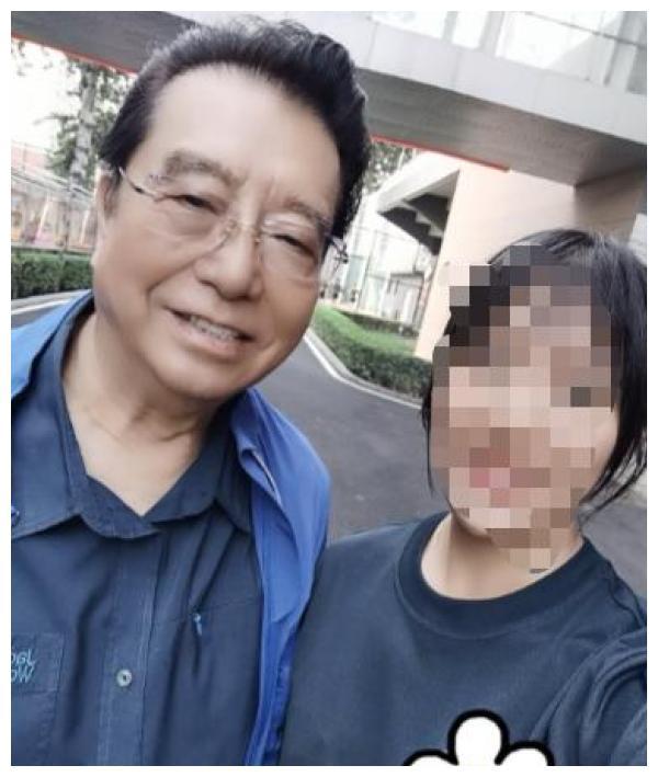 81岁李双江近况曝光,头发乌黑快秃顶,走路需搀扶还商演捞金?