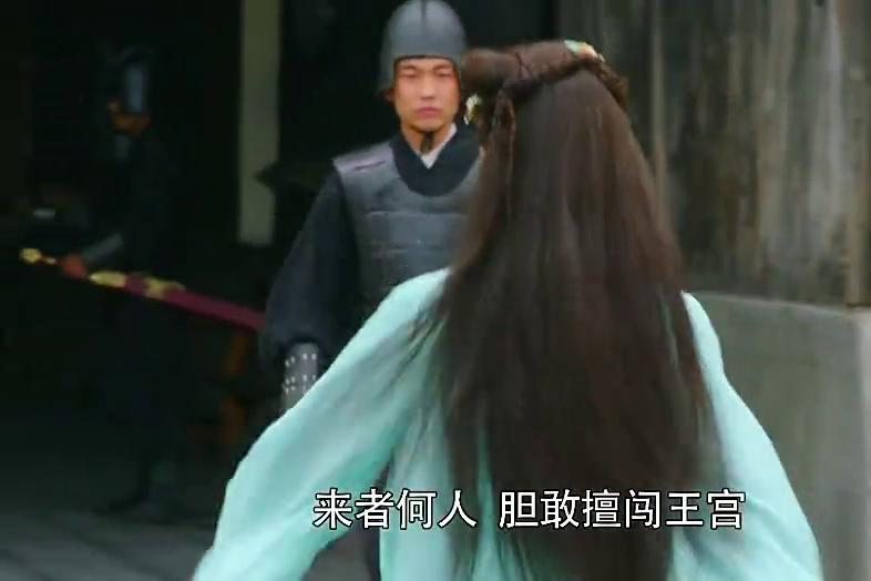穿越女进了秦王宫,拿出手机到处拍照,抓住太监就开始自拍!