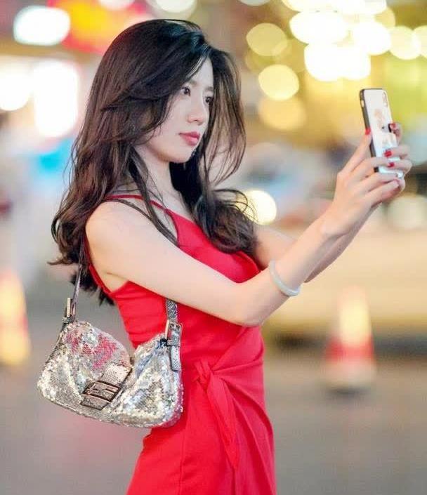 """时尚街拍美女街头再现""""中国红""""美女,一身连衣长裙,足够迷人"""