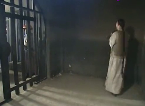 纪晓岚成犯人还抽烟,大叔刚骂完他,看到来人他害怕了!