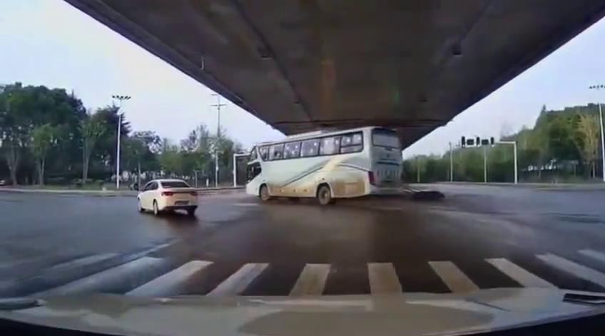 行车记录仪:这辆大巴车的行驶轨迹好危险,这是失控了?