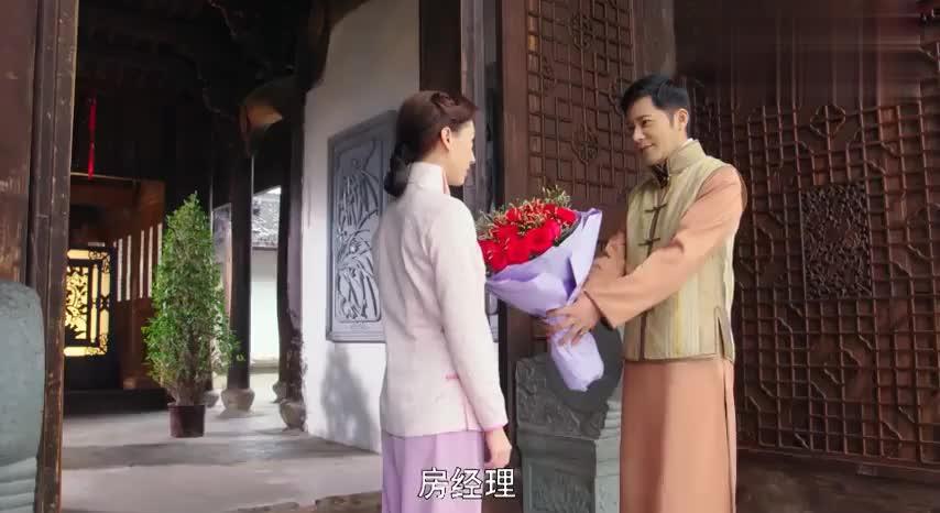美女一转身,就看到小伙手捧玫瑰花,接下来的一幕却吓她一跳