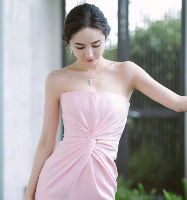 杨幂粉色抹胸裙,温柔优雅,搭配小白鞋,低调百搭女神范儿