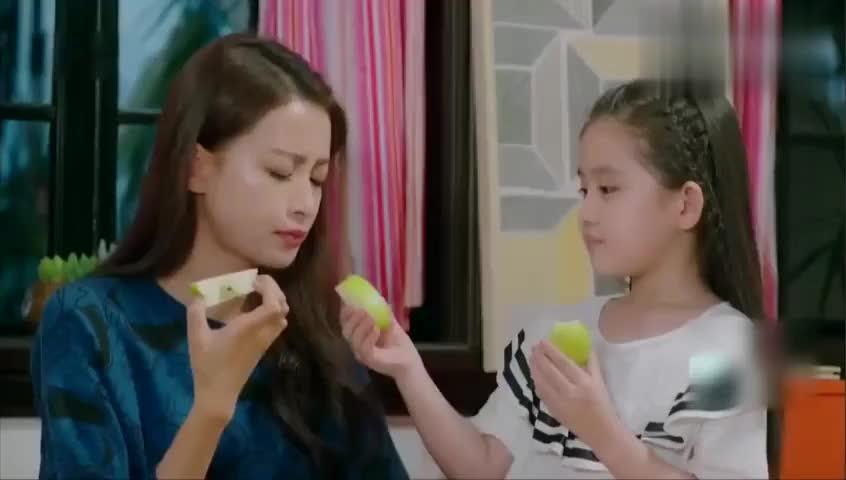 果果为了女儿,故意骗她说:妈妈吃苹果只是苹果核,不吃肉!