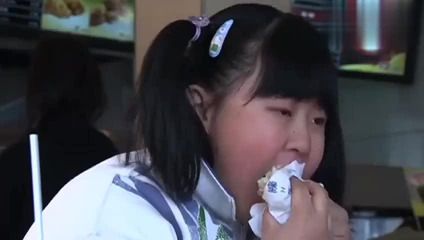 祈望:后妈带胖女孩吃汉堡,女孩狼吞虎咽,看着太吓人了!