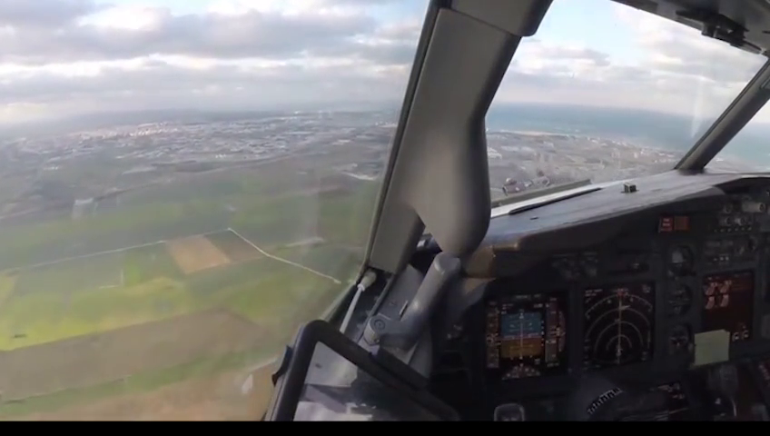 科技奇趣:驾驶舱视角:长手动驾驶波音737客机大侧风天降落