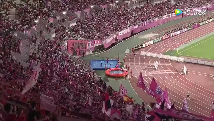 看球太热!J联赛大阪樱花球迷着泳装在场边观赛,为主队加油助威