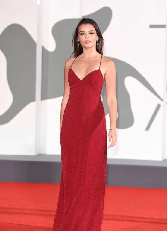 埃莉诺拉走红毯,一袭吊带晚礼裙,穿出高贵女王范