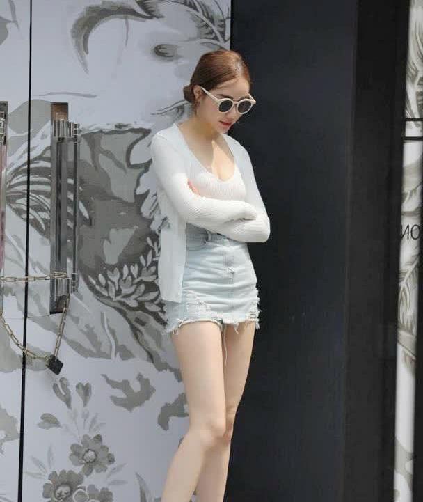 时尚街拍美女贵妇上街的装扮,热裤搭配透明的高跟鞋,果然前卫