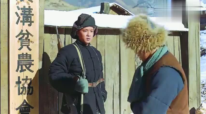 二德子来帮地主冯老六打探情报,直接被李勇奇拿大棒子给撵走了!