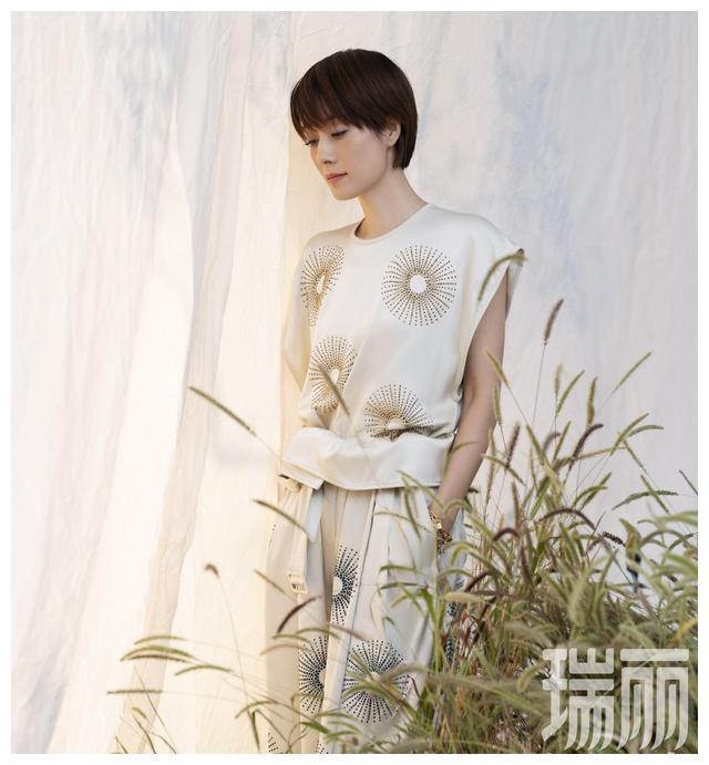 马伊琍登杂志封面 森系大片优雅自如