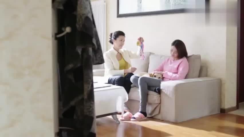独身老奶奶送房子给美女,直言:你不要,我就把房产证扔街上去!