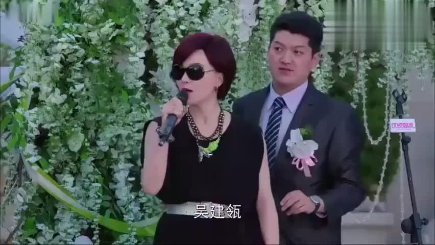前妻大闹婚礼,新郎一脸的无辜,当新娘出来的时候全场沸腾了