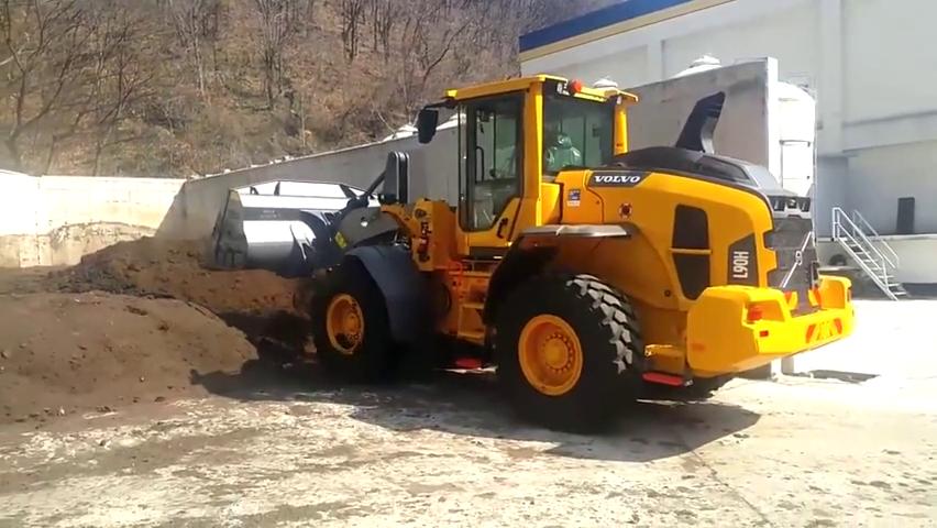 厂里新购一台沃尔沃滑移装载机,看看这性能如何