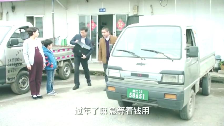 鸡毛飞上天:陈江河为还债把车卖了,小旭挡在车前不同意