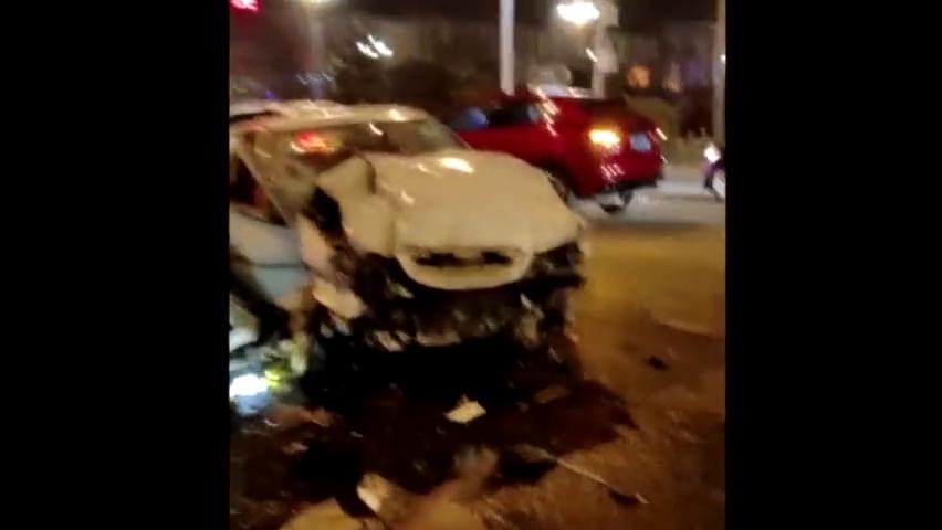 香河秀水街两辆汽车撞报废