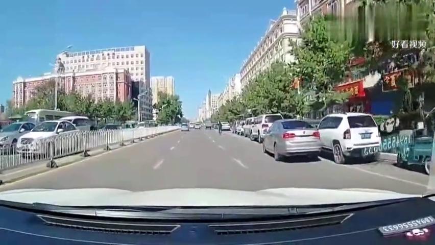 轿车路口转弯时操作失误,路边停放的车辆尴尬了,记录仪实拍!