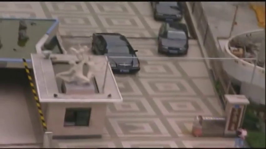 插翅难逃:两位警察准备开车跟踪豪哥