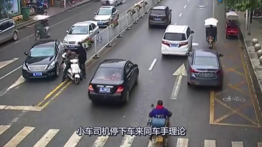 豪车司机撞到人,不但不赔钱,还嚣张的要拔人车钥匙!
