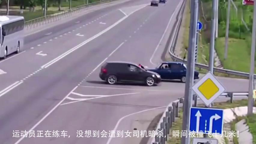 """运动员正在练车,没想到会遭到女司机""""暗杀"""",瞬间撞飞十几米!"""