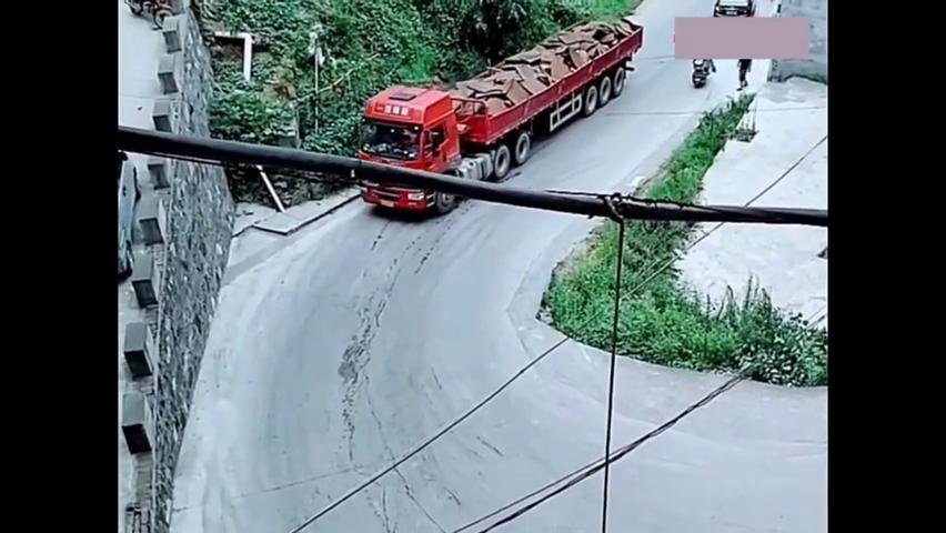 这一车废铁很重的,上这个弯道坡上不了!