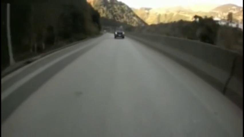 """视频车突然搞""""暗杀"""",皮卡车瞬间被撞的面目全非!悲剧了"""