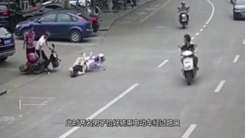 美女骑车撞上帅哥,倒地瞬间急忙拉裙子,太尴尬了!