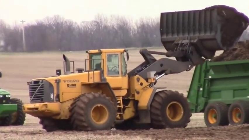 美国农场的约翰迪尔9460R拖拉机,搭载散粪车给农田撒有机肥