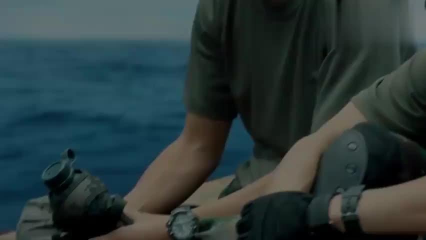 热血尖兵:最后一口水,陆飞与小武相互谦让,结果掉进了海水里