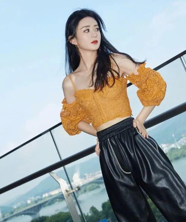 赵丽颖甜酷味儿十足,橘色吊带上衣搭配黑色皮裤,美了美了