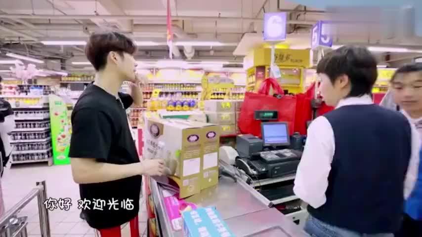 明星也爱逛超市,王嘉尔一篮一篮结账,黄景瑜:像买了火车一样!