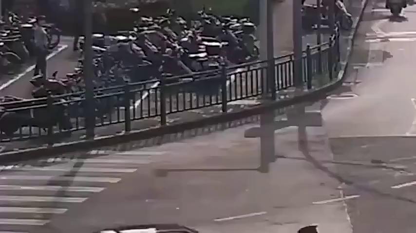 广东妹子开车误挂倒档,警察做法没想到,网友:现在的女司机啊