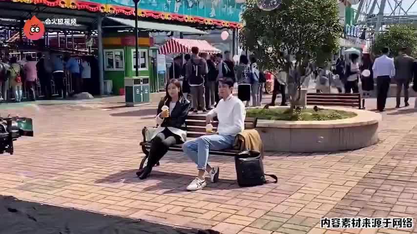 超甜姐弟恋!秦岚王鹤棣新剧公园约会,相差20岁毫无违和感