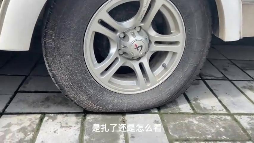 房车轮胎被扎,好心路人和官方都来帮助,太暖心了