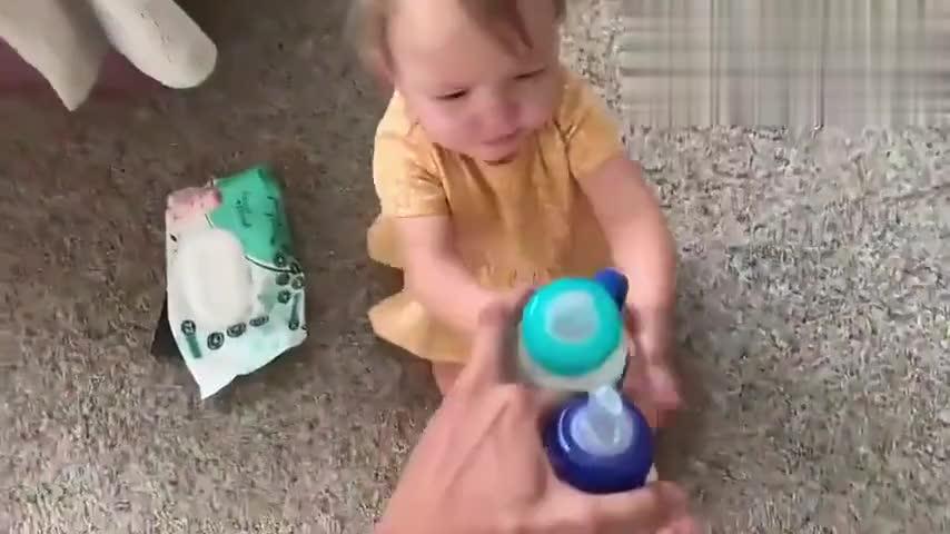 妈妈发奶瓶啦!四胞胎挨个领奶满屋爬,宝宝画面萌到爆