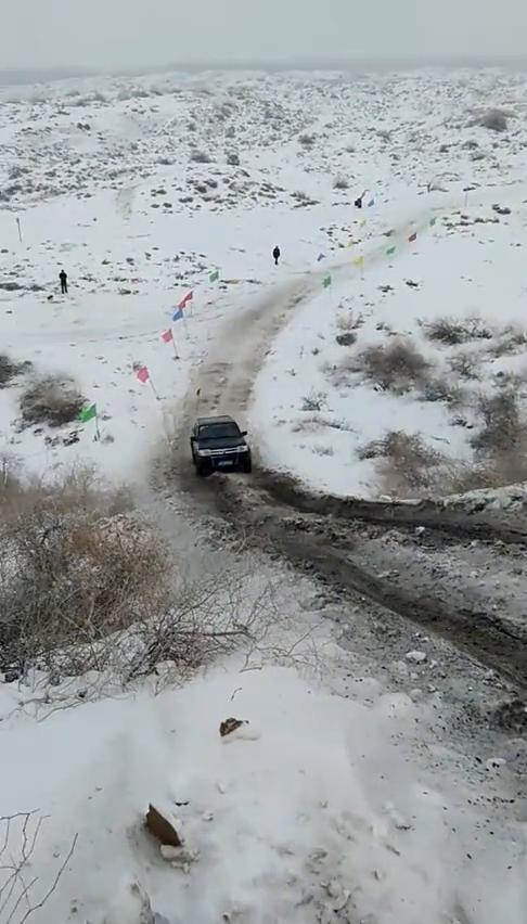 视频:雪地爬坡,猎豹轻松搞定,东风锐骐皮卡就显得有点尴尬了