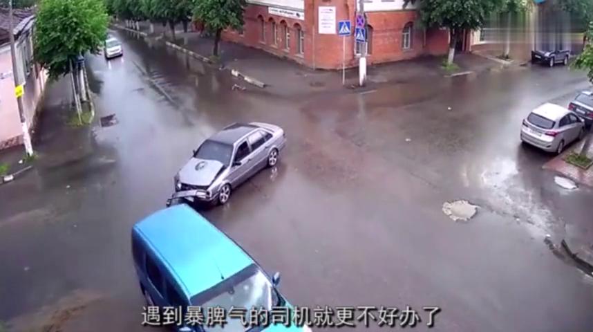 两车十字路口意外相撞,不想双方却二话不讲直接厮打