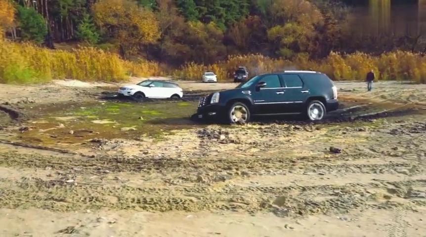 遇到一片沼泽,踩下油门5秒钟,才看出路虎和丰田的差别有多大