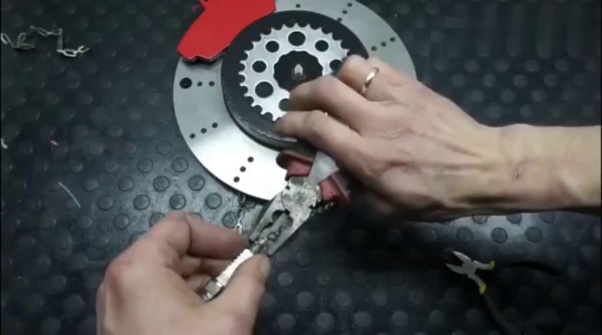 脑洞大开,牛人用刹车盘改造出精美钟表