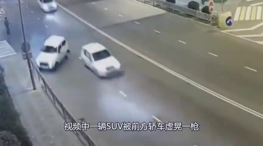 好可爱的车祸,翻车了,再翻过来司机直接就开走了!