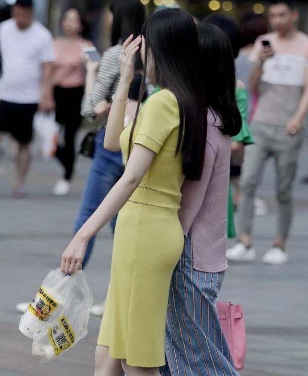 时尚街拍:母女出街装,妈妈成熟又贤惠,女儿清爽又甜美